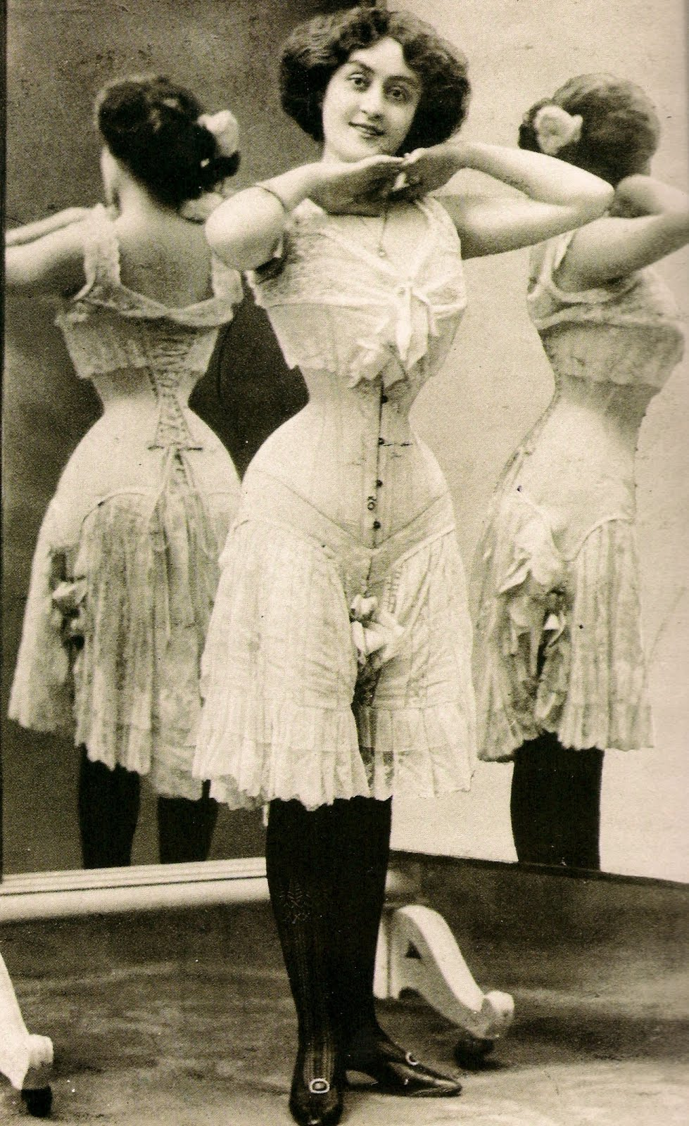 the victorian era saw changes that are favoured to women Victorian england (c 1837 – 1901) beauty standards this time featured beautiful women as: desirably plump full-figured cinched-waist ahh, the era of the corset in this time period, women cinched their waists with tight-fitting undergarments to give the perception of the desirable hourglass figure this time period lasted.