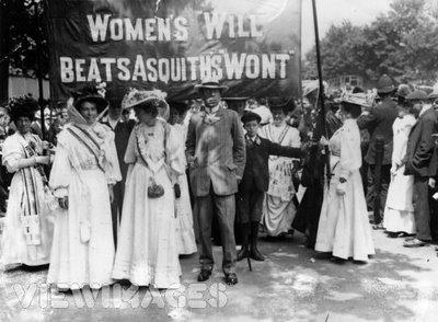 SuffragetteDemonstration1908BannersSashes