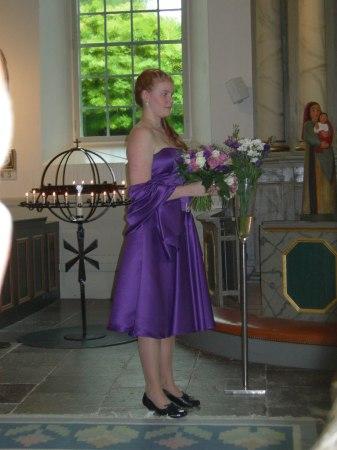 lila tärnklänning i kyrkan